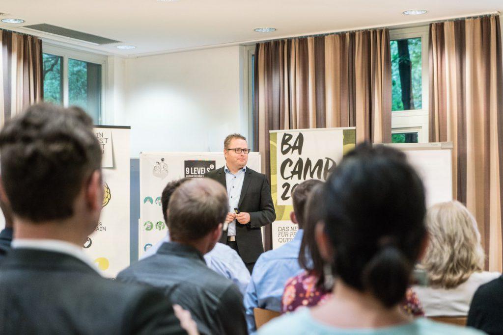 Rainer Krumm in seiner Keynote beim 3. Business-Analyse Camps. Fotograf: Deniz Arslan